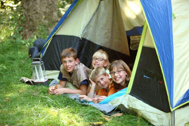 Děti ve stanu o prázdninách