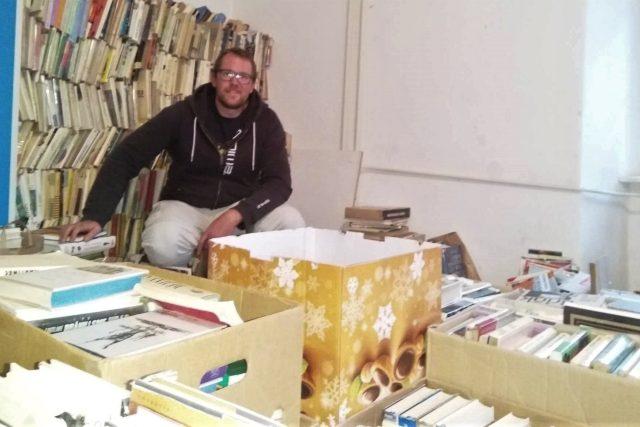Marek Landa založil v Červeném Dvoře knihovnu. Díky výzvě na Facebooku získal tisíce knih