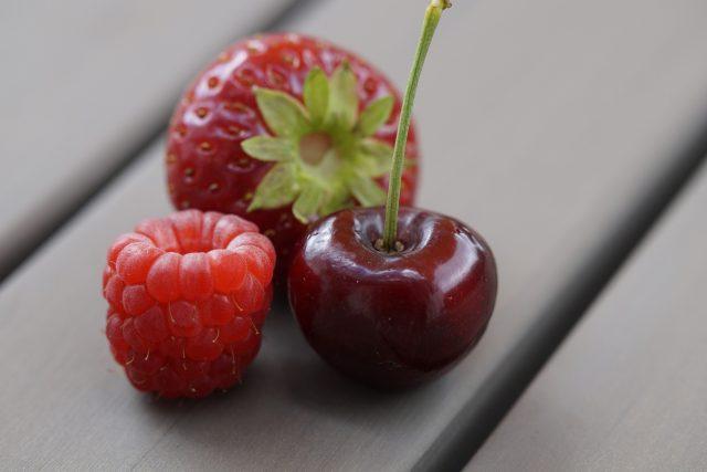 Červené ovoce, jahoda, malina, třešeň, letní plody, sklizeň, úroda, zahrada. Ilustrační foto