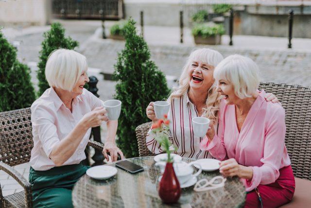 Starší ženy, přítelkyně, kavárna, zábava, setkání, přátelství, kamarádství, drby, ilustrační foto