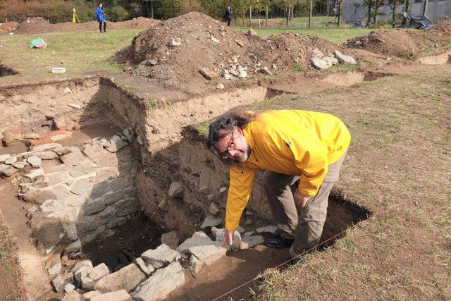 Základy romského koncentračního tábora odkryli archeologové v areálu bývalého vepřína v Letech u Písku
