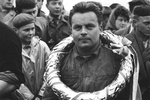 Roman Irmiš, bývalý motocyklový závodník a legenda budějovické ploché dráhy, na snímku z roku 1959