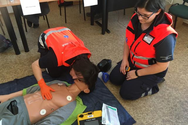 Záchranářky Petra Kafková a Kateřina Stoklasová předvádí práci first responderů, tedy oživování při náhlé zástavě srdce nebo utonutí