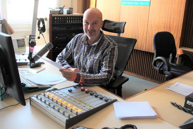 Petr Kronika ve studiu při moderování pořadu Písničky pro radost