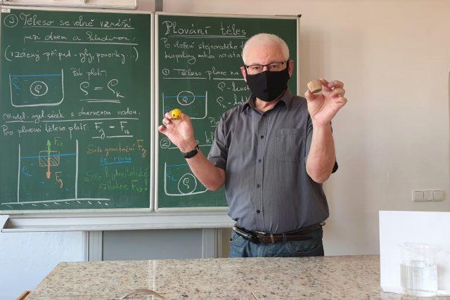 Učitel fyziky Karel Sláma při natáčení výukového videa