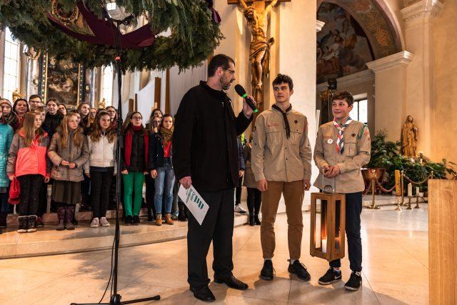 Slavnostní předání Betlémského světla v katedrále v Českých Budějovicích. Na snímku Filip Černý a dva světlonoši