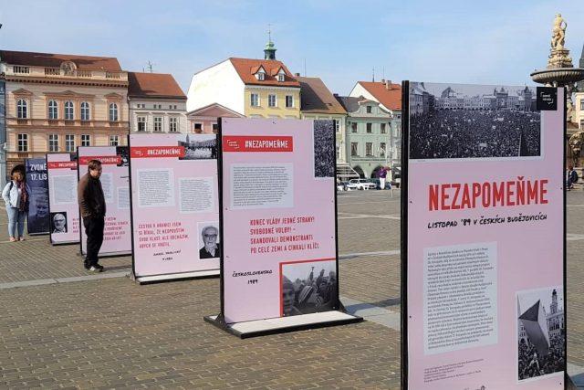 Výstava Nezapomeňme na českobudějovickém náměstí připomíná dění před Sametovou revolucí a těsně po ní