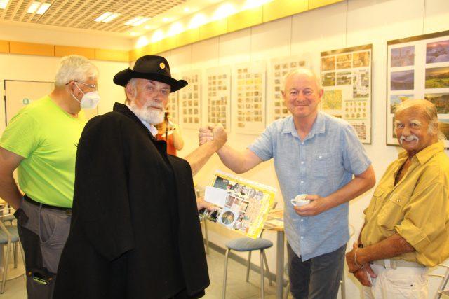 Vernisáž výstavy ilustrací výtvarníka a karikaturisty Jaroslava Kerlese, věnované fenoménu vandrovní knížky a také stému výročí Josefa Švejka