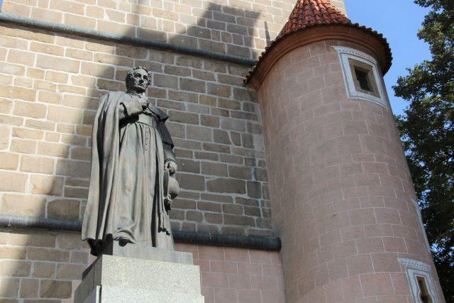 Socha biskupa Jana Valeriána Jirsíka u Černé věže v Českých Budějovicích