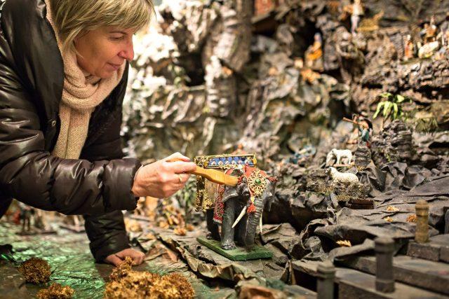 Krýzovy jesličky jsou nejnavštěvovanějším exponátem Muzea Jindřichohradecka. Na snímku etnografka Alexandra Zvonařová při čištění figurky slona