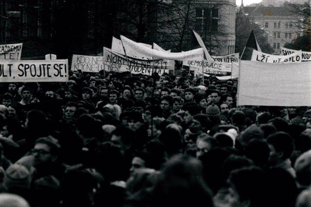 Demonstrace na Albertově 17. listopadu 1989