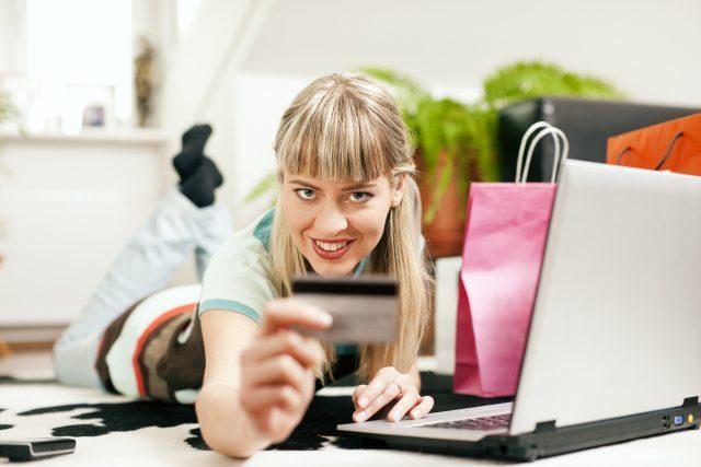 Nakupování na internetu, e-shop, eshop, platební karta. Ilustrační foto