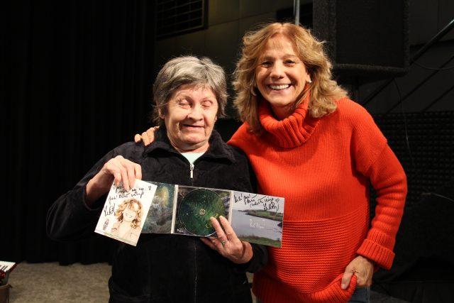 Paní Anna z domova pro seniory v Drhovli se díky Ježíškovým vnoučatům setkala se zpěvačkou Lenkou Filipovou