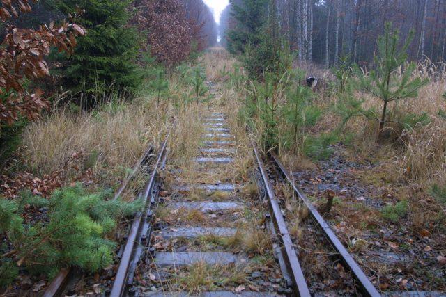 Kvůli špatnému stavu je 12kilometrový úsek trati z Kralovic do Mladotic v dlouhodobé výluce