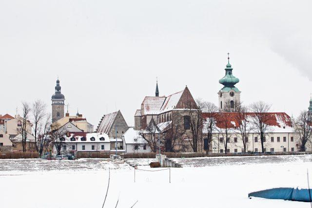 České Budějovice, dominikánský klášter, Bílá věž, Černá věž, nábřeží slepé rameno Malše, Sokolský ostrov, zima, sníh, historické centrum