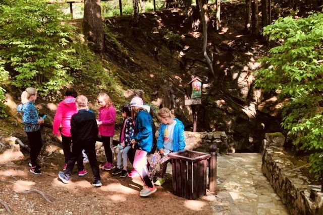Chýnovská jeskyně se znovu otevřela návštěvníkům. Jako první sem dorazily děti z nedaleké školy