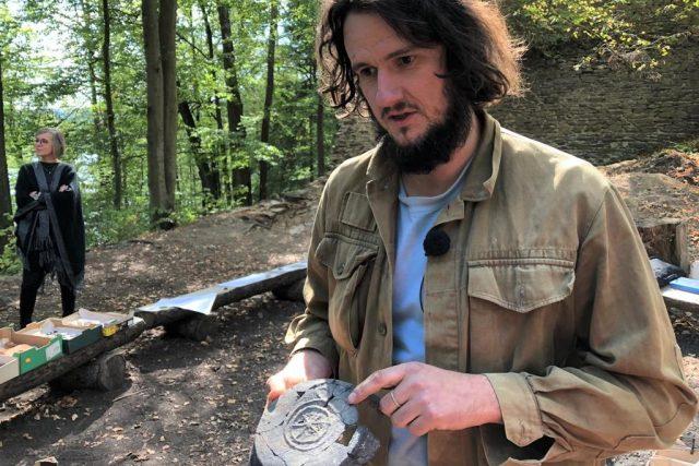 Archeolog Martin Pták ukazuje jeden z nálezů na zřícenině Karlův hrádek