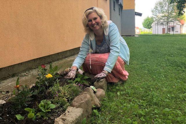 Eva Hejduková u svého záhonku na českobudějovickém sídlišti Máj