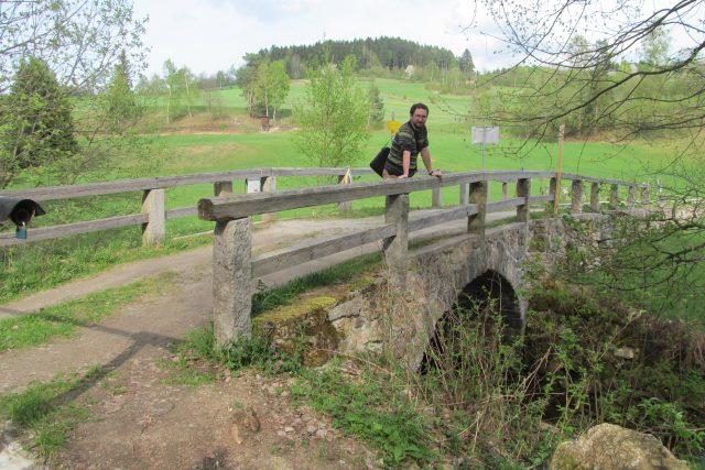 Hraniční kamenný mostek nedaleko Cetvin, pod ním řeka Malše. Na jední straně Česká republika, na druhé Rakousko