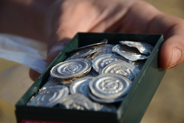 Část stříbrných brakteátů nalezených u Sepekova