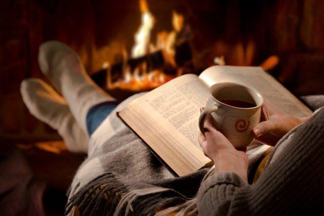 Čtení, kniha, krb, teplo, zimo, zahřátí, čaj, domácí pohoda, oheň. Ilustrační foto
