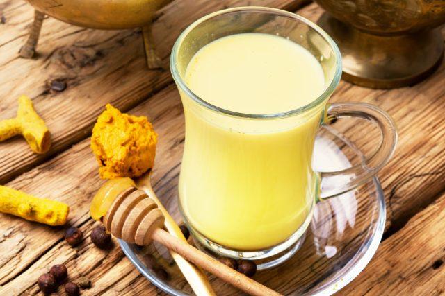 Zlaté mléko, kurkuma, zázvor, léčivý nápoj