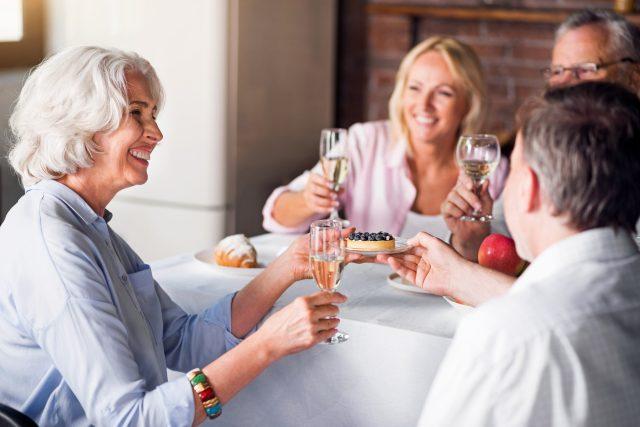 Oslava výročí, přípitek, šampaňské, sekt
