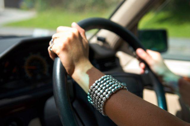 Řidička, volant, doprava, automobil, řízení