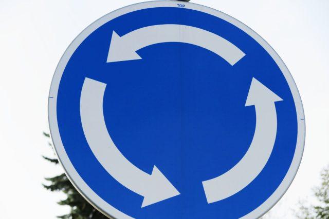 Značka upozorňující řidiče na kruhový objezd