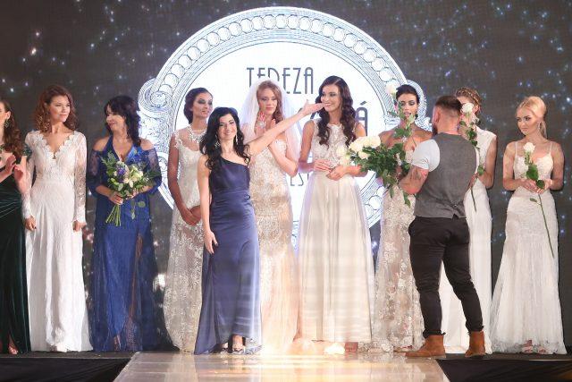 Módní návrhářka Tereza Sabáčková (ve fialových šatech uprostřed) na přehlídce svých modelů