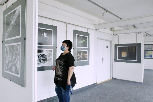 Práce členů českobudějovického fotoklubu Vývojka jsou k vidění v Galerii Nahoře v Domě kultury Metropol | foto: Petr Lundák,  MAFRA / Profimedia