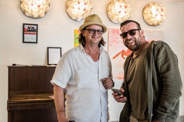 Sochař Petr Schel  (vpravo) na vernisáži výstavy Factory Tour v roce 2018 s kurátorem Miroslavem Houškou   foto: Bohumil Langmaier