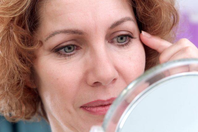 Vrásky, žena, stárnutí, krása, zrcadlo, kosmetika, ilustrační foto