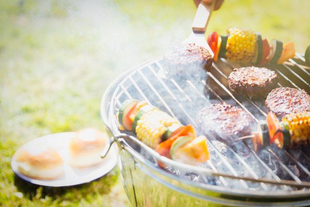 Grilování, hamburgery, špízy, grilovaná zelenina, rošt, barbecue, party, ilustrační foto