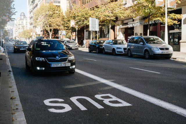 Vyhrazený pruh pro autobusy obsazený autem, bus pruh, parkování, porušování předpisů. Ilustrační foto