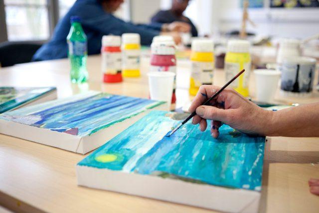 Arteterapie, malování, výtvarná dílna, štětec, obraz, psychiatrická léčba. Ilustrační foto