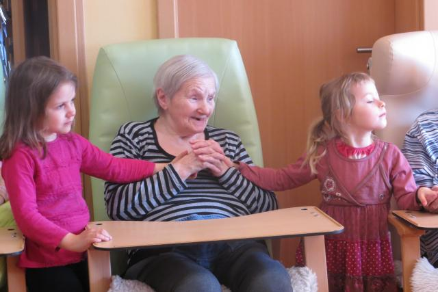 Mateřská škola spolupracuje s domovem pro seniory třetím rokem. Obě strany v tom vidí velký smysl