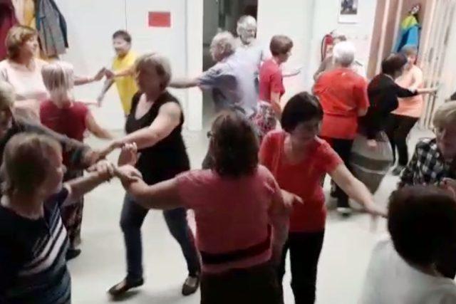 V komunitním centru na sídlišti Máj v Českých Budějovicích se senioři učí country tance