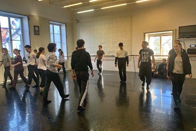 Na baletním sále právě začíná zkoušet choreograf Tomáš Rychetský za spolupráce tanečníka Ondřeje Vinkláta celovečerní Mechanický pomeranč
