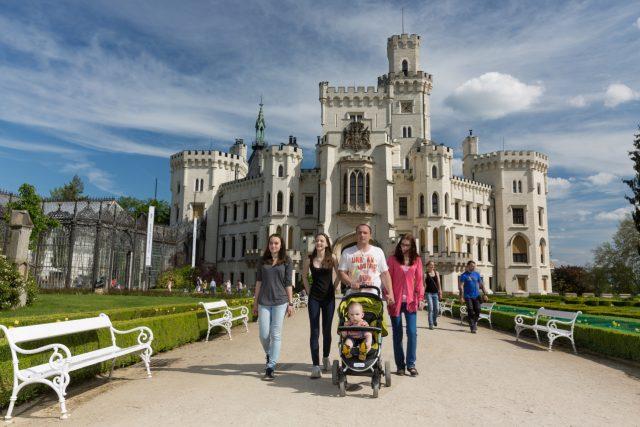 Zámek Hluboká nad Vltavou, turisté, jižní Čechy, památky, rodina na výletě, ilustrační foto