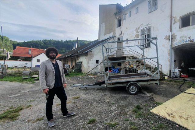 Martin Neudörfl mladší,  syn investora,  který má obnovu bývalého panského pivovaru v Rožmberku nad Vltavou na starosti. | foto: Petr Kubát,  Český rozhlas