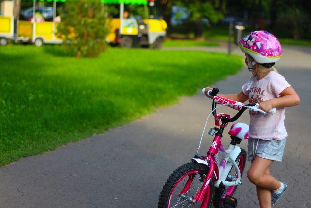 Dívka na kole (ilustrační foto)