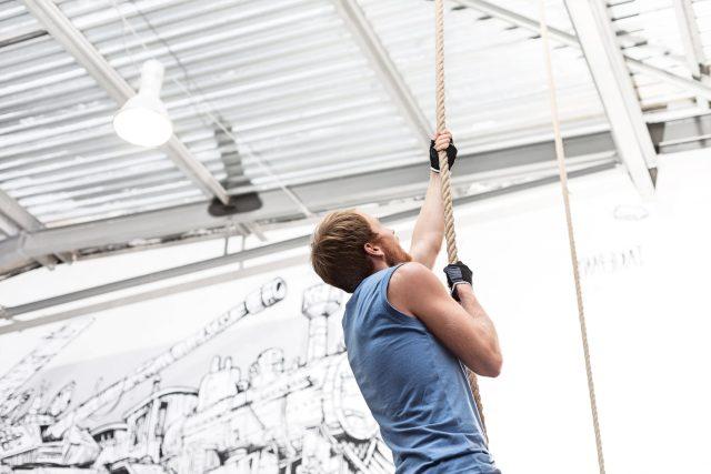 Šplh na laně, sport, tělocvična, posilovna, silový trénink, svaly, fyzická kondice, zdravý životní styl, sportovec. Ilustrační foto