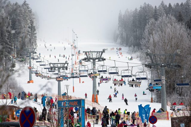 Skiareál Lipno, lyžování, zima, sníh, lyžaři, sjezdovka. Ilustrační foto