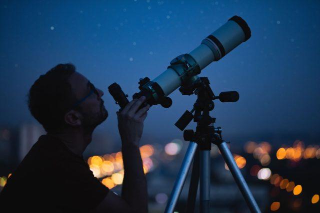 Pozorování oblohy, astronomie, vesmír, hvězdy, dalekohled