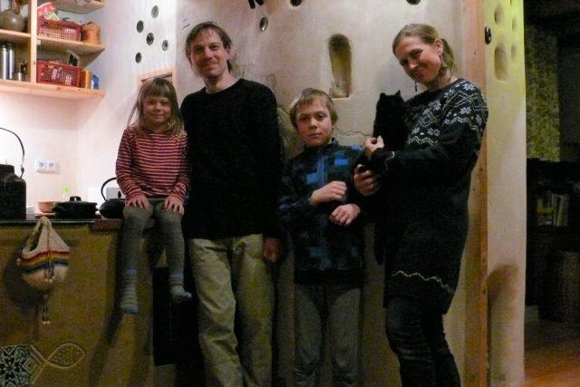 Manželé Měkotovi se svými dětmi v soběstačném domě, který postavili na místě zaniklé vesnice Hodonice