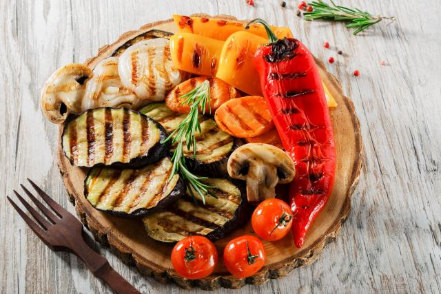 Grilovaná zelenina, grilování, salát, ilustrační foto