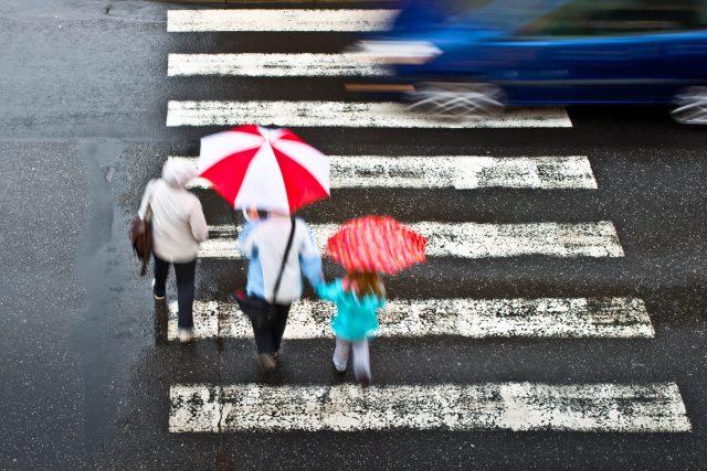 Přechod pro chodce, auto, provoz, doprava, nebezpečí, silnice v obci, deštníky. Ilustrační foto