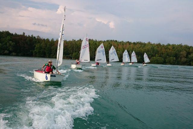 Závody jachtařů na vodní nádrži Barbora u Oldřichova