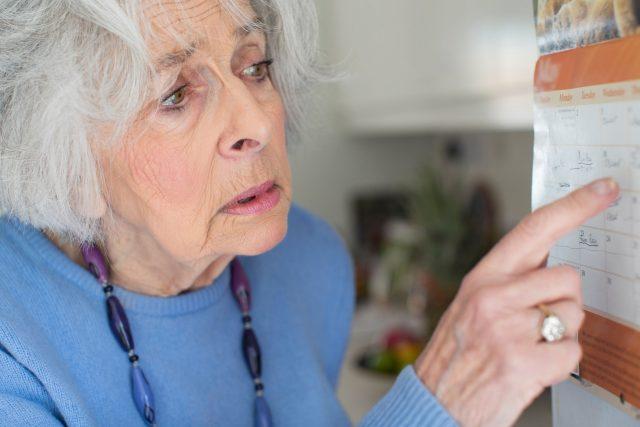 Stařecká demence, seniorka, kalendář, zmatená, deprese, osamělost. Ilustrační foto